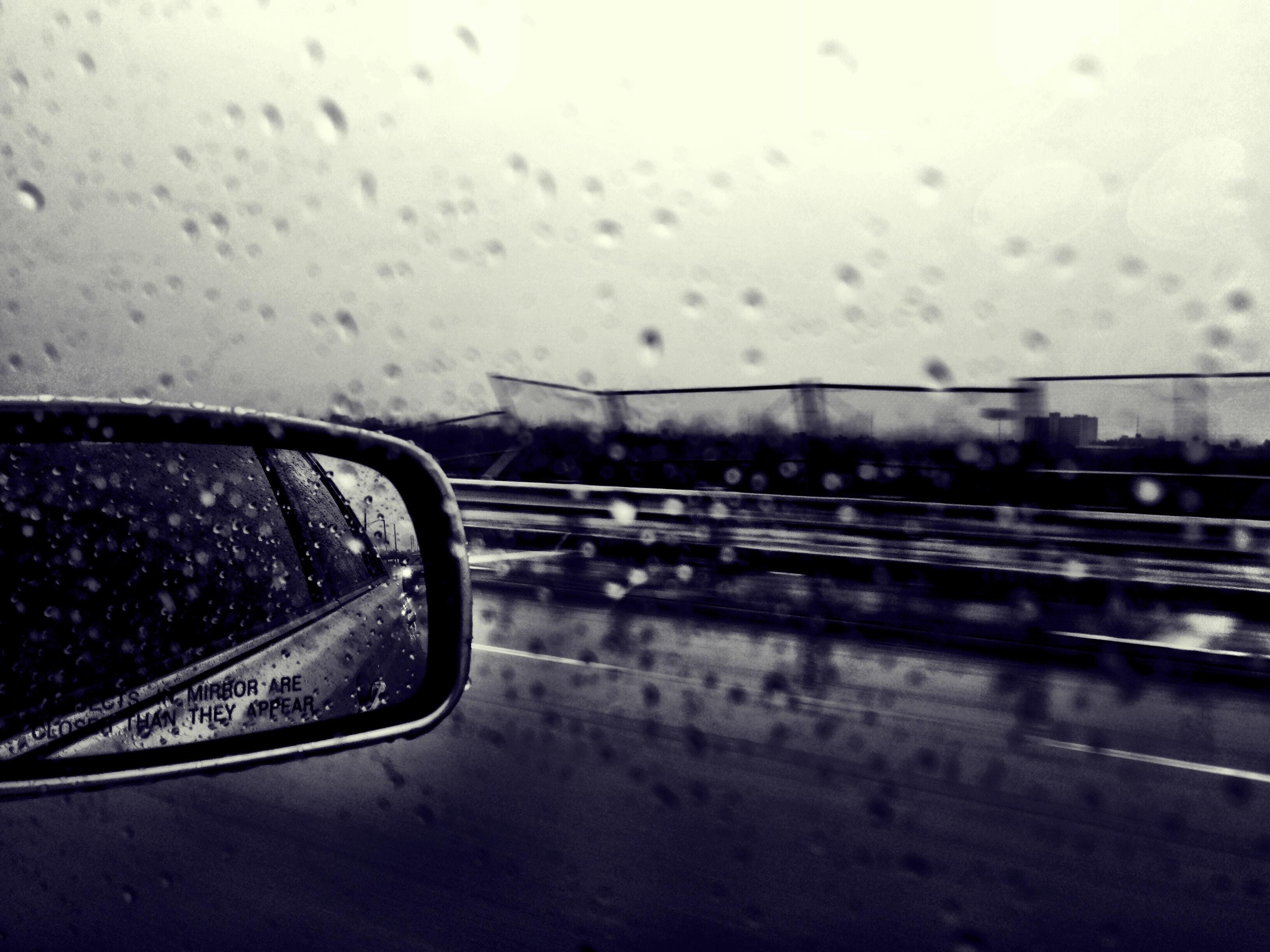 Jak jeździć samochodem po mokrej nawierzchni?