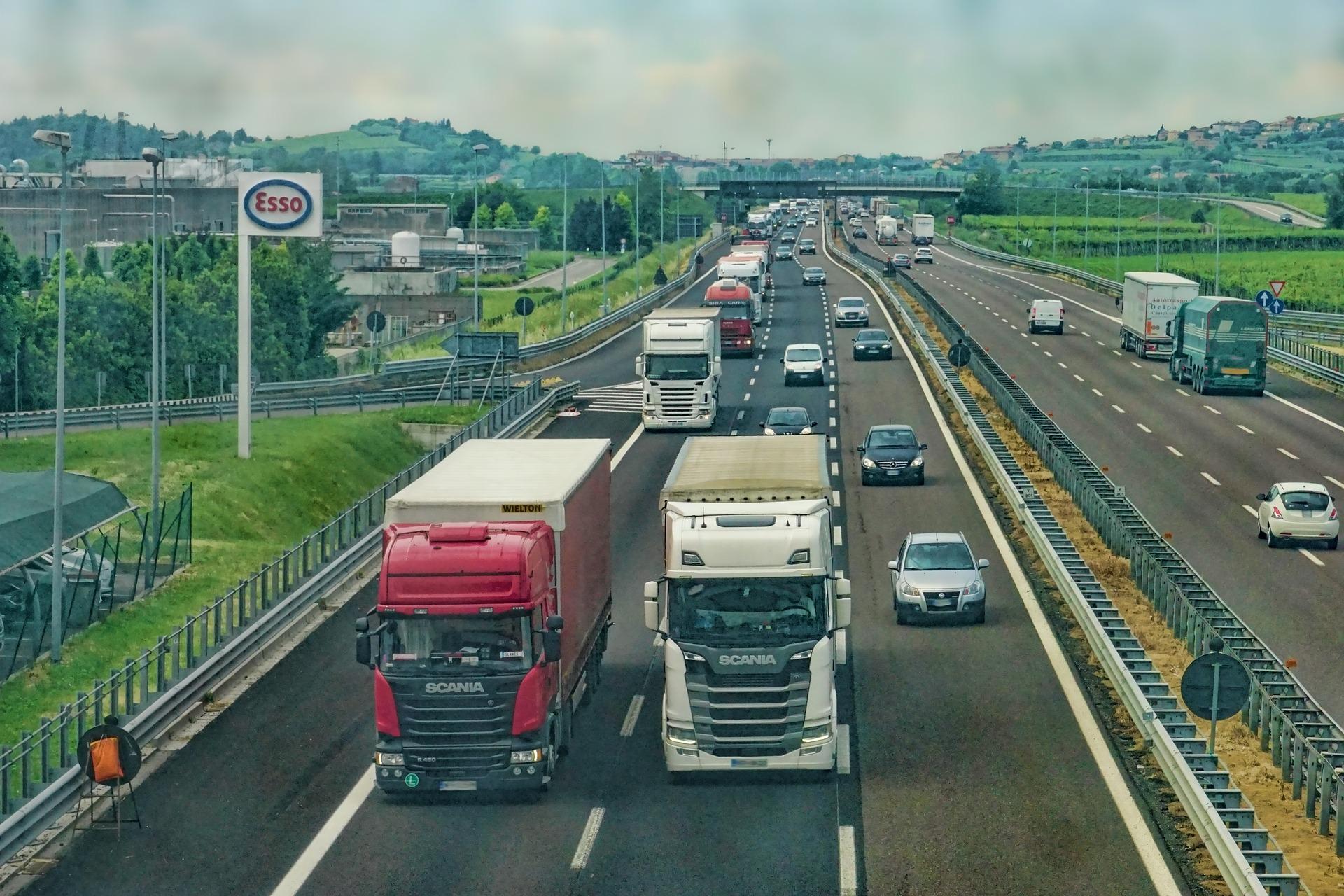 Jak bezpiecznie się poruszać pojazdami wielkogabarytowymi?